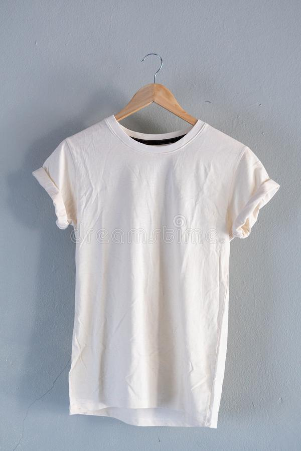 Retro vouwen witte katoenen T-shirtkleren bespotten omhoog malplaatje op grijs cementconcept als achtergrond voor de kleinhandels royalty-vrije stock fotografie