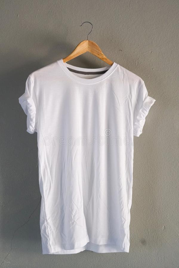 Retro vouwen witte katoenen T-shirtkleren bespotten omhoog malplaatje op grijs cementconcept als achtergrond voor de kleinhandels royalty-vrije stock afbeelding