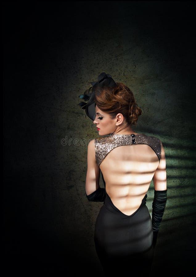 Retro vrouw in elegante kleding en handschoenen stock afbeeldingen