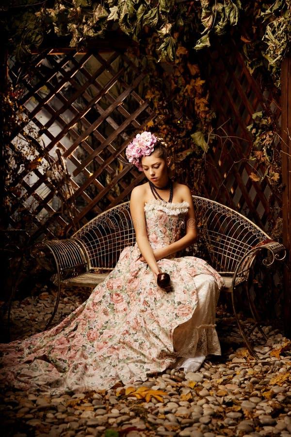Retro vrouw Meisje in uitstekende stijl met bloemen in kapsel royalty-vrije stock fotografie
