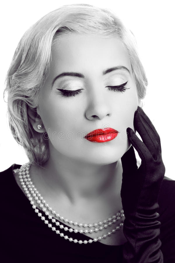 Retro vrouw met rode lippen. Zwart-witte foto stock afbeelding