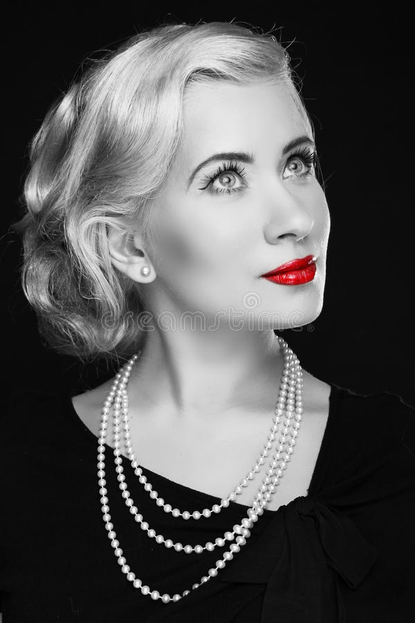 Retro vrouw met rode lippen. Zwart-witte foto stock foto