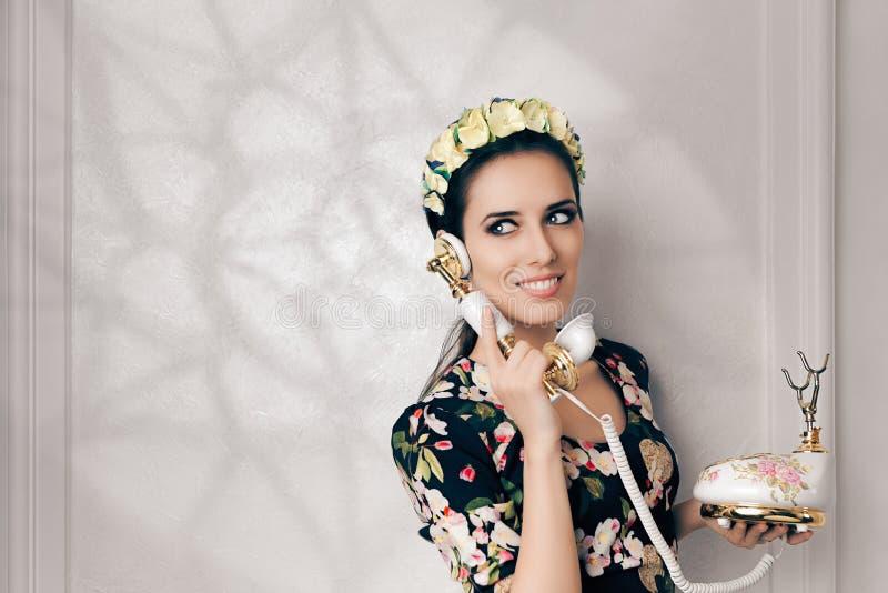 Retro Vrouw met Uitstekende Telefoon royalty-vrije stock afbeelding