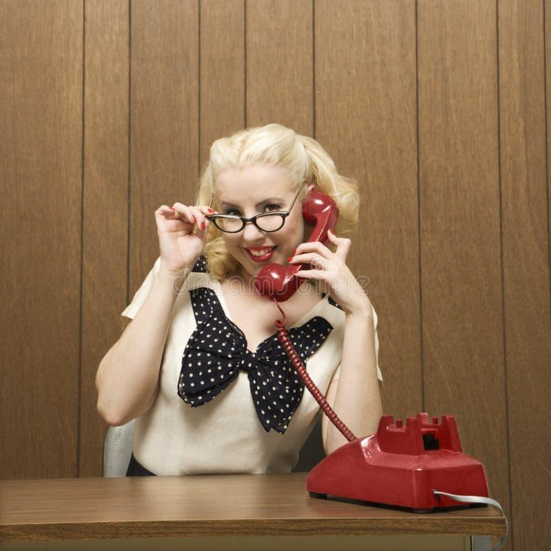 Retro vrouw op telefoon royalty-vrije stock fotografie