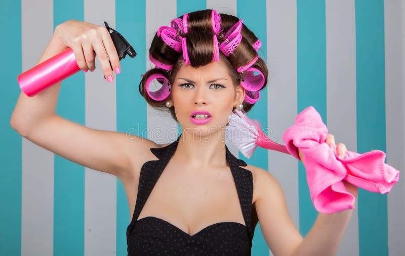 Retro vrouw in rollenmultitasking stock fotografie