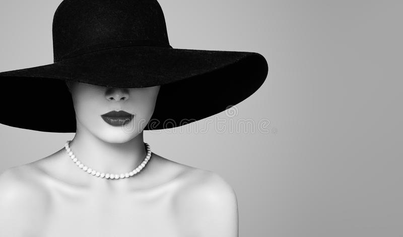 Retro vrouwen mooi model die klassieke hoed en parels, manierportret dragen royalty-vrije stock afbeeldingen