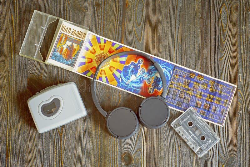 Retro walkman, KULA-SCHUDBEKER cassete en hoofdtelefoons stock foto's