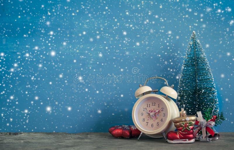 Retro- Wecker mit Weihnachtsdekoration stockfotos