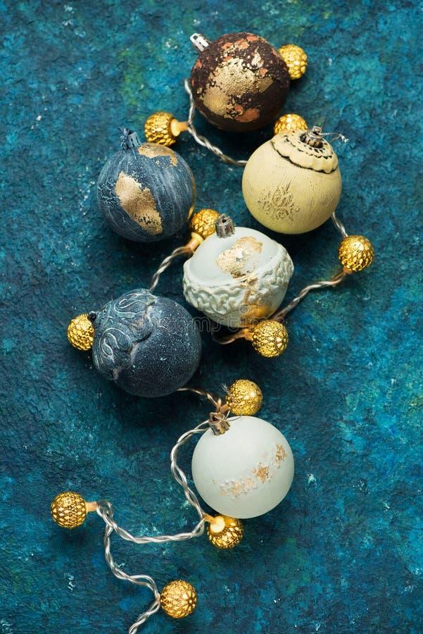Retro- Weihnachtsbälle und -girlande lizenzfreies stockfoto
