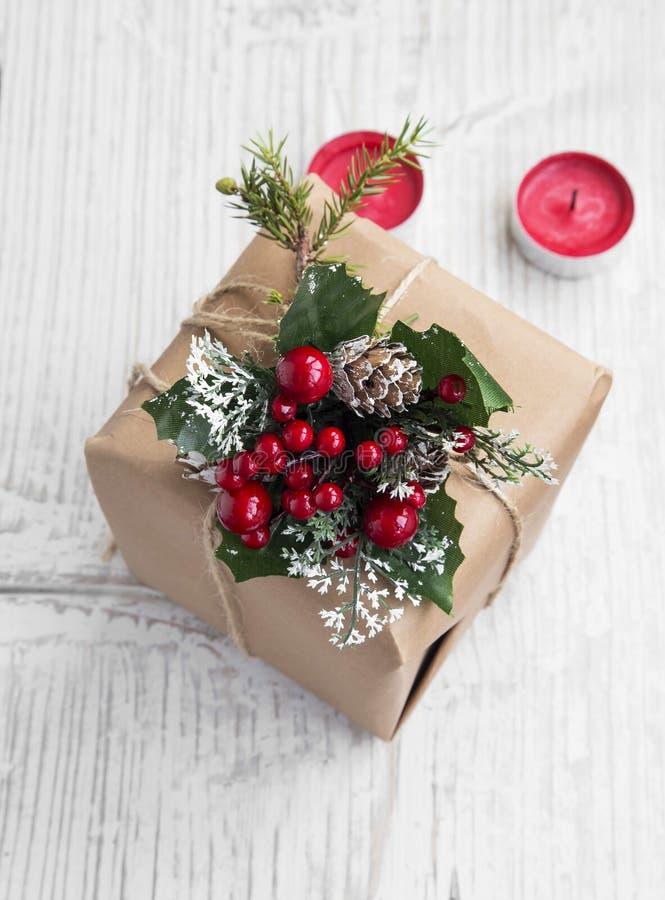 Retro- Weihnachtsgeschenk mit Verzierungen mit roten Kerzen lizenzfreie stockfotografie