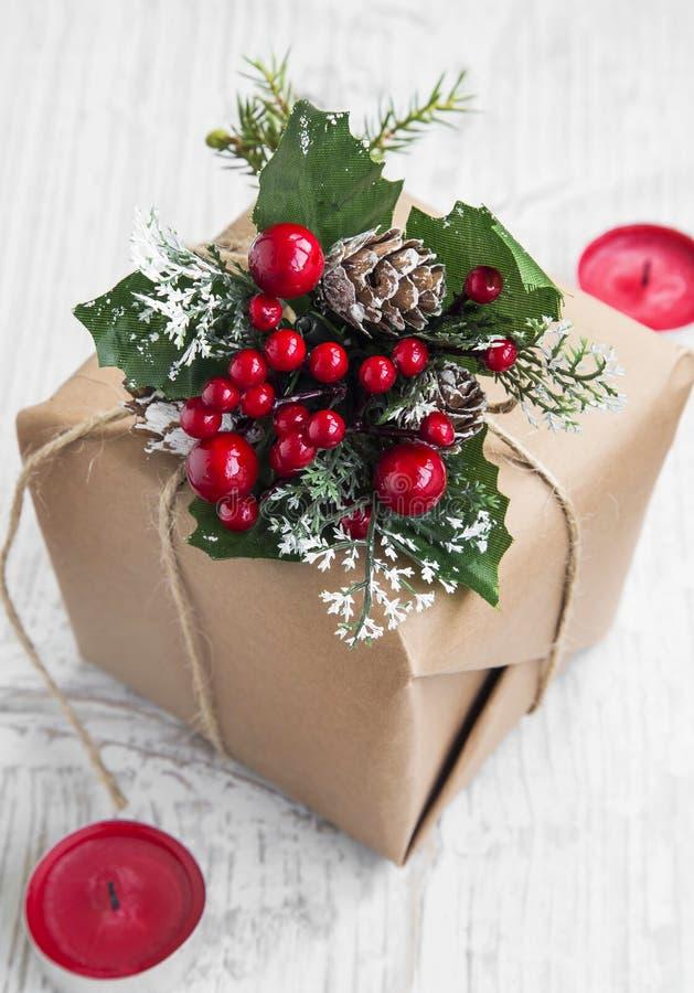 Retro- Weihnachtsgeschenk mit Verzierungen und roten Kerzen stockbild