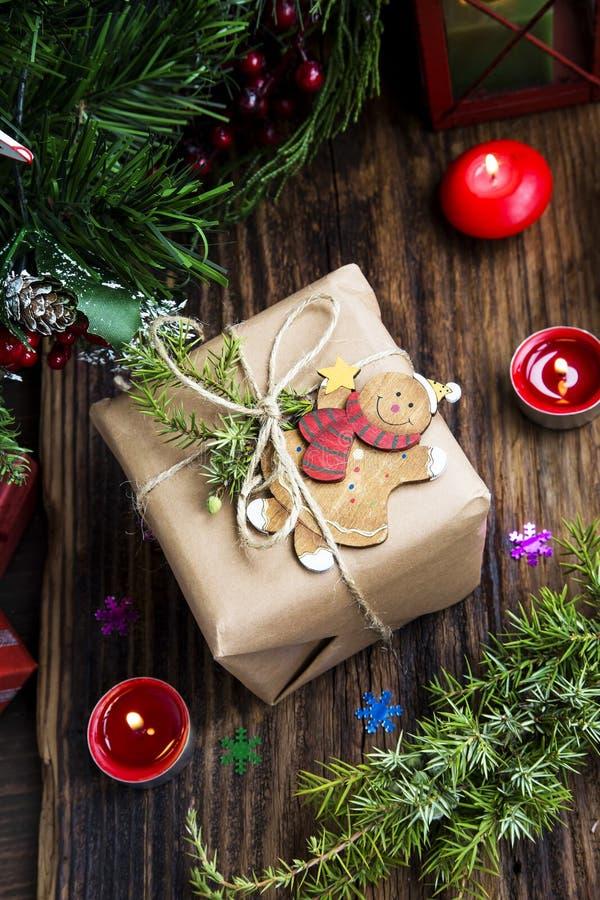 Retro- Weihnachtsgeschenk und hölzernes Spielzeug mit brennenden Kerzen lizenzfreies stockfoto