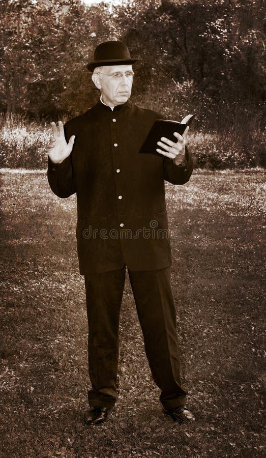 Retro- Weinlese-Priester, Minister Fotograf stockfotografie