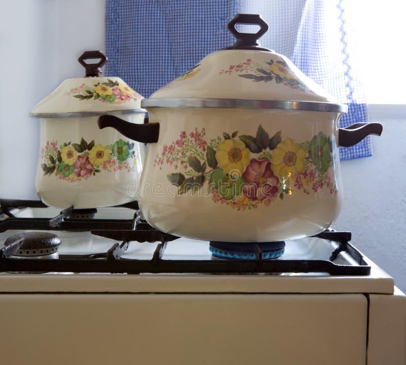 Retro- Weinleseküche mit Topfwannen Porzellan stockbild
