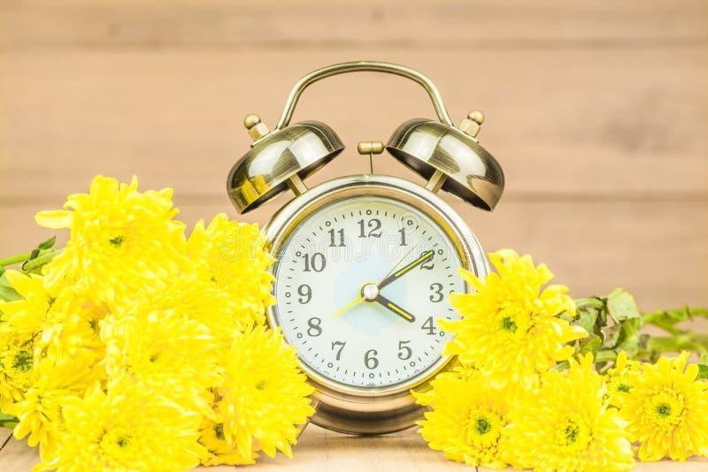Retro wekker en bloemen stock foto's
