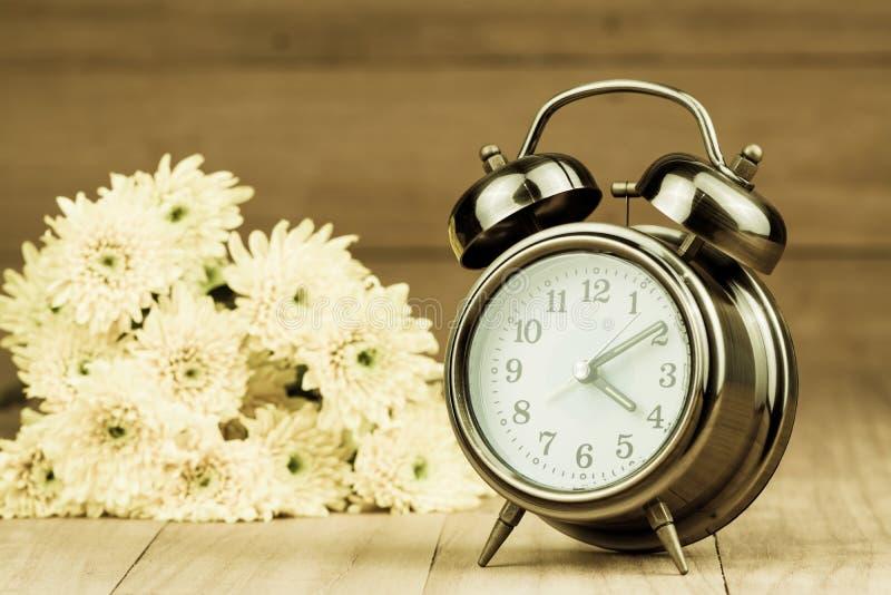 Retro wekker en bloemen royalty-vrije stock afbeeldingen