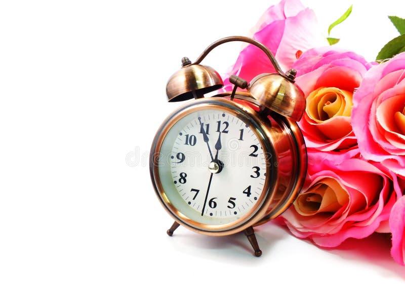 Retro wekker met bloemenachtergrond stock afbeelding