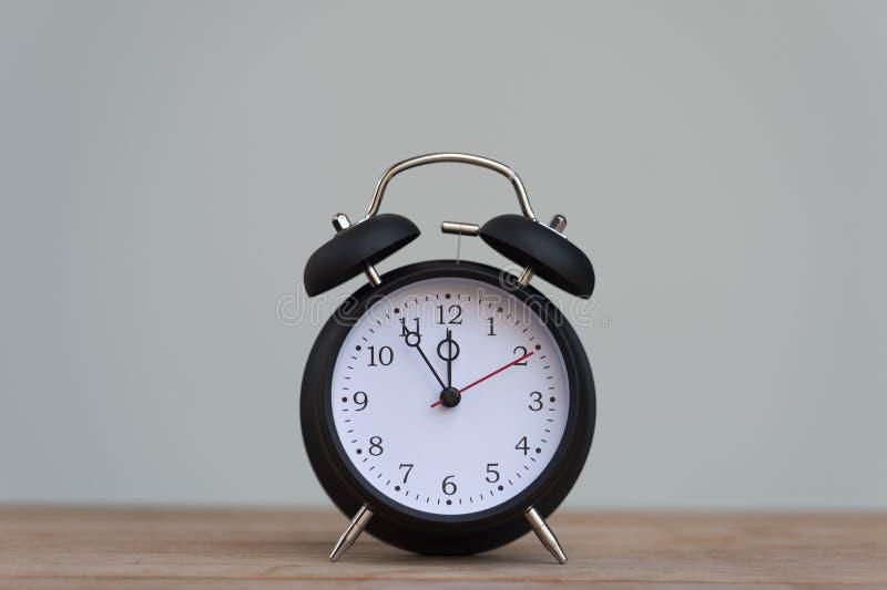 Retro wekker met vijf minuten aan de klok van twaalf o ` royalty-vrije stock fotografie