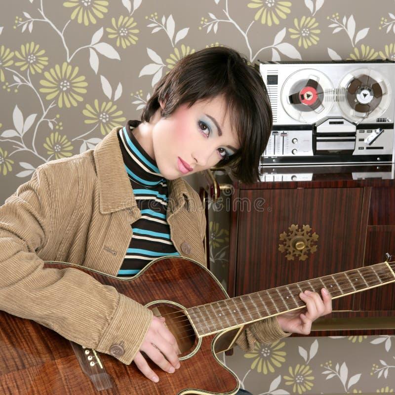 Retro wijnoogst van de de gitaarspeler van de vrouwenmusicus stock afbeelding