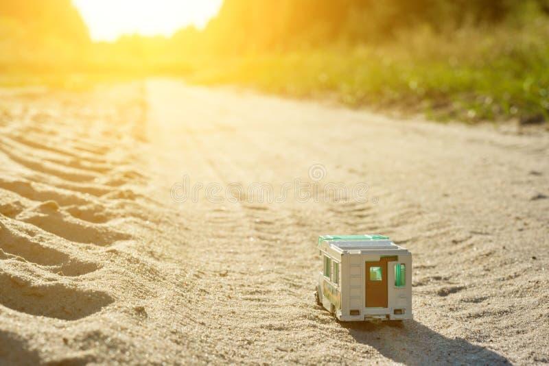 Retro- Wohnwagen des Spielzeugs Motor- ein Symbol der Familienurlaubreise, holi stockfoto