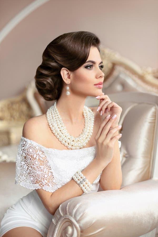 Free Retro Woman Portrait. Elegant Brunette Lady With Fashion Pearls Royalty Free Stock Image - 86607206