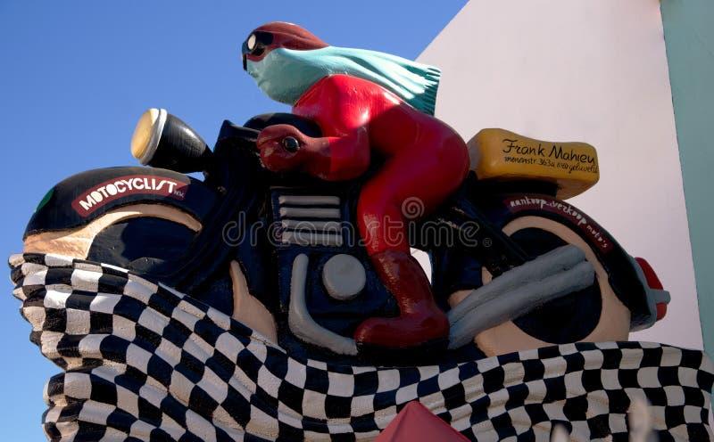 Retro wzorcowy motocykl i jeździec, na zewnątrz garażu, Velez Malaga, Hiszpania obrazy stock