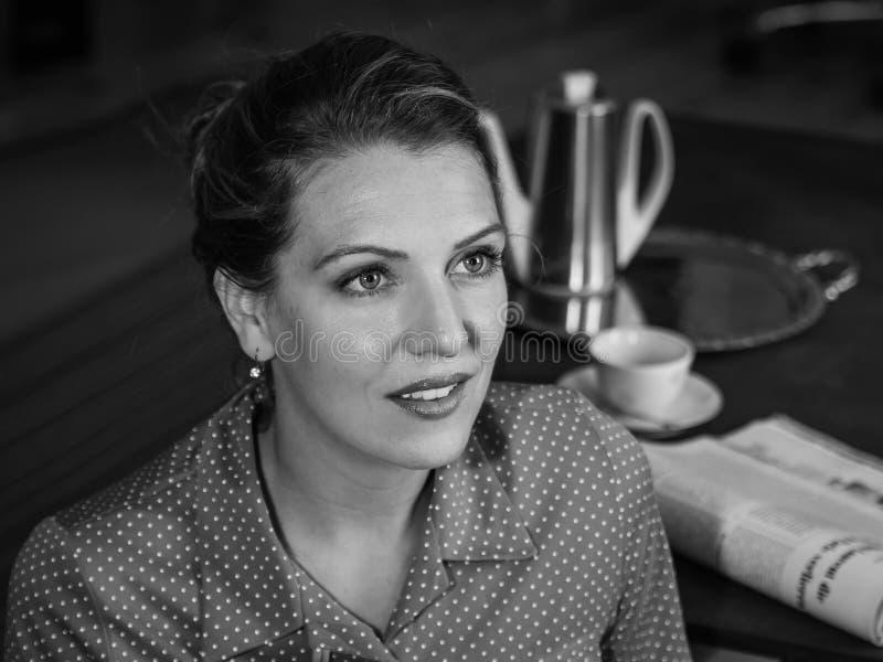Retro zwart-wit portret van jonge vrouw stock afbeeldingen