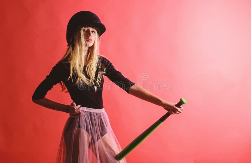 Retroceda fora Centrado sobre o resultado A mulher aprecia o jogo de basebol do jogo Vermelho louro macio do bast?o de beisebol d imagem de stock royalty free