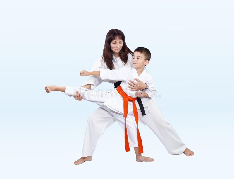 Download Retrocedendo De Lado O Treinador Da Mamã Da Batida Das Ajudas Do Atleta Imagem de Stock - Imagem de miúdos, segurança: 80102757