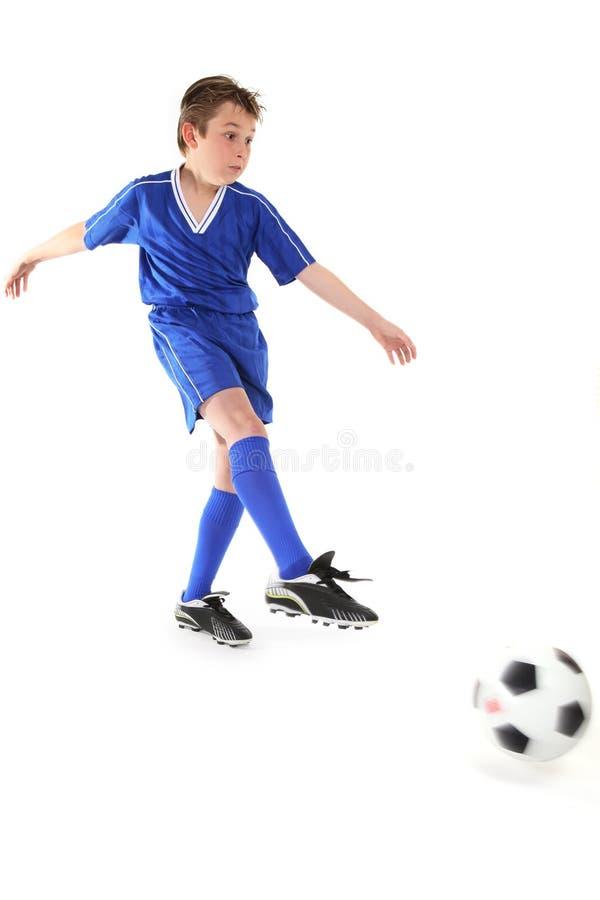 Retrocedendo uma esfera de futebol imagem de stock