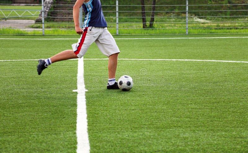 Retroceso con el pie del jugador de fútbol foto de archivo