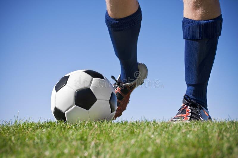 Retroceso del balón de fútbol con el pie fotos de archivo libres de regalías