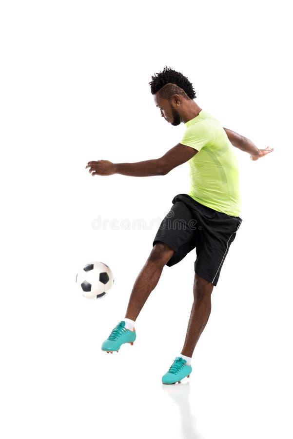 Retroceso del balón de fútbol con el pie fotografía de archivo libre de regalías
