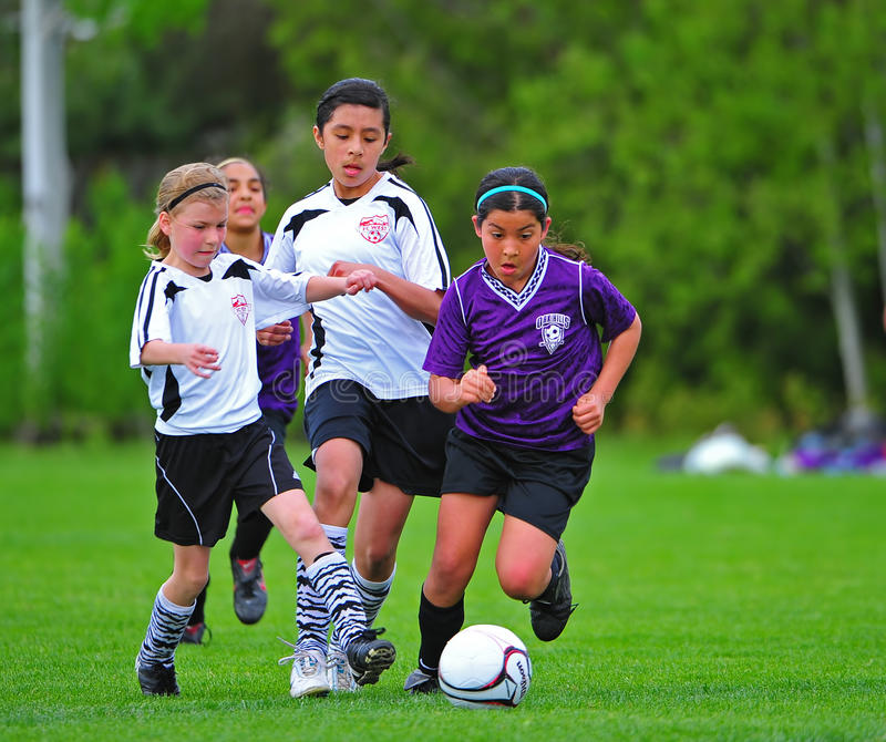 Retroceso del fútbol de la juventud de las muchachas imágenes de archivo libres de regalías
