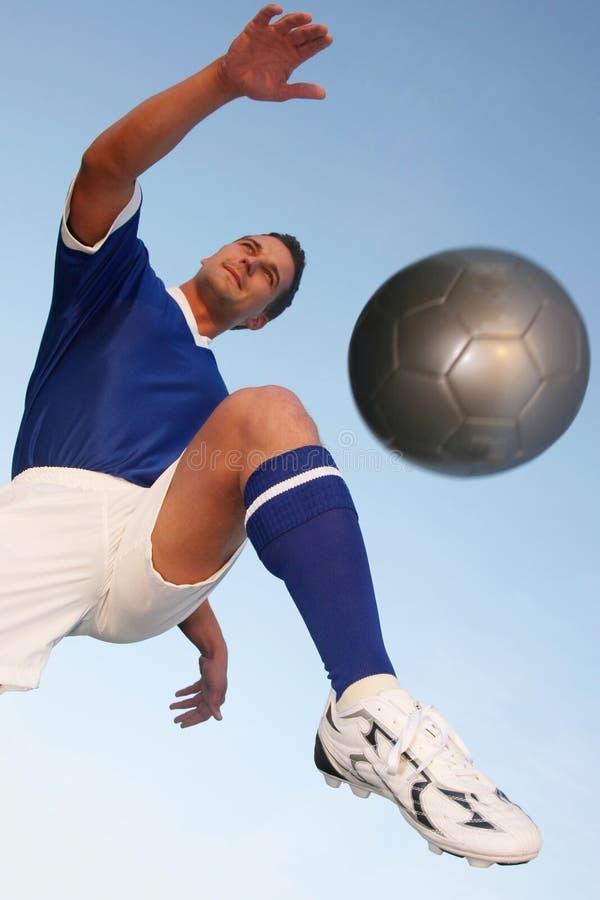 Retroceso del jugador de fútbol imagenes de archivo