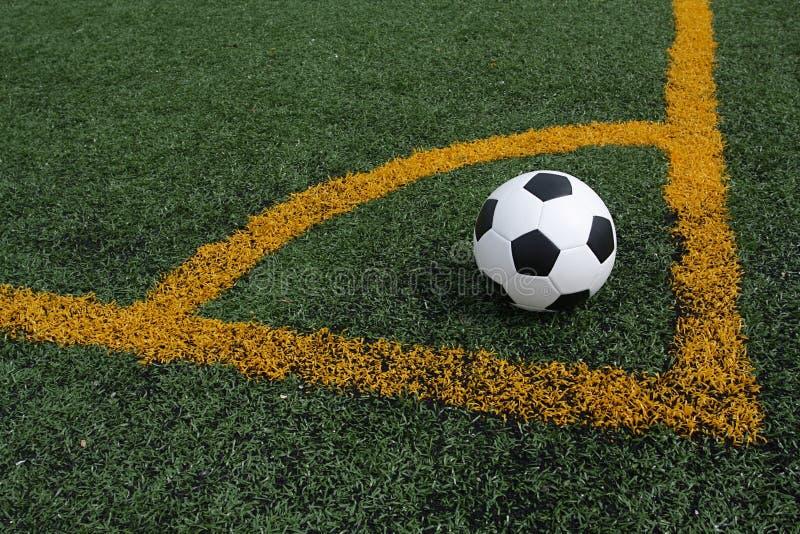 Retrocesso de canto de esfera de futebol fotos de stock royalty free