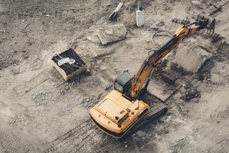 Retroexcavadora industrial del excavador de la niveladora del amarillo de la visión superior que trabaja en presa de la irrigació fotografía de archivo libre de regalías