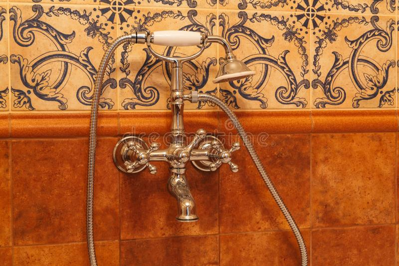Retrokran och duscha i badrummet i badrummet är en retrostil med venörkranar och en marmor yta arkivfoton