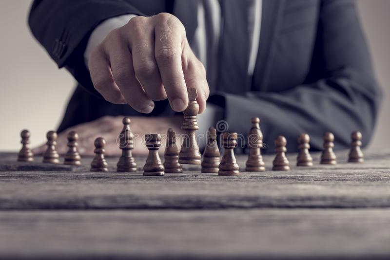 Retrostilbild eines Geschäftsmannes, der ein Spiel des Schachs auf spielt stockbilder
