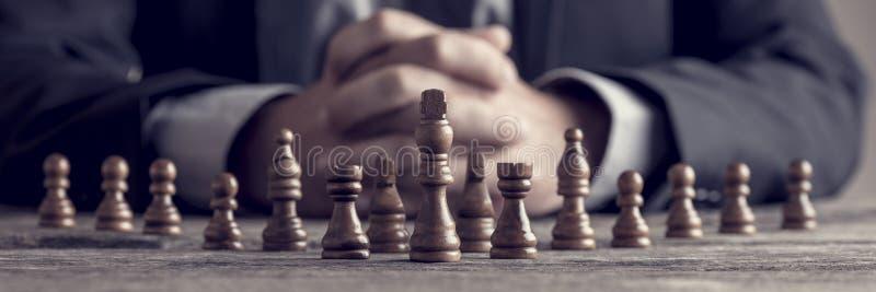 Retrostilbild eines Geschäftsmannes mit den umklammerten Händen, die s planen lizenzfreies stockbild