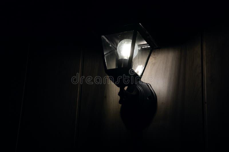 Retrostillaterne auf einer hölzernen Wand in der Dunkelheit lizenzfreies stockfoto