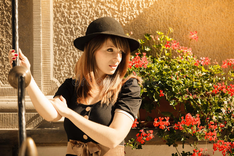 Retrostilmodefrau in der alten Stadt stockbild