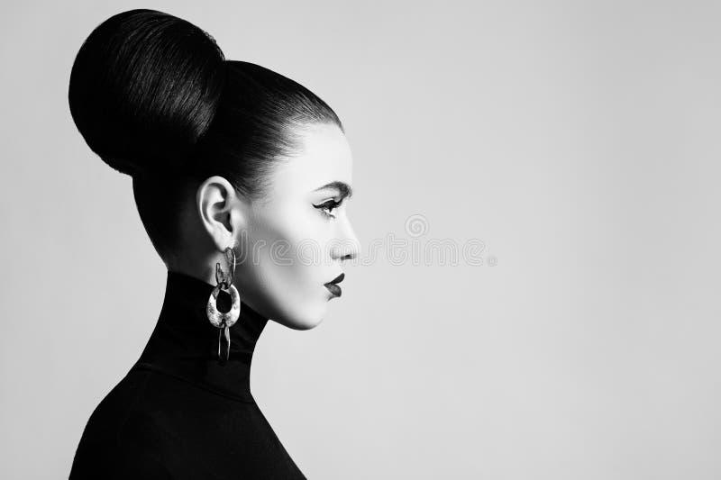 Retrostilschwarzweiss-Modeporträt stockbilder