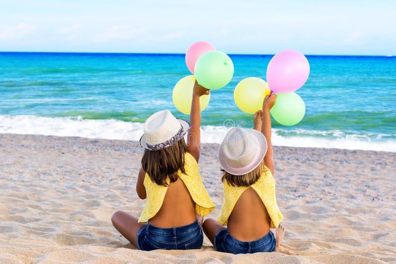 Retrovisione dei bambini con i palloni fotografia stock