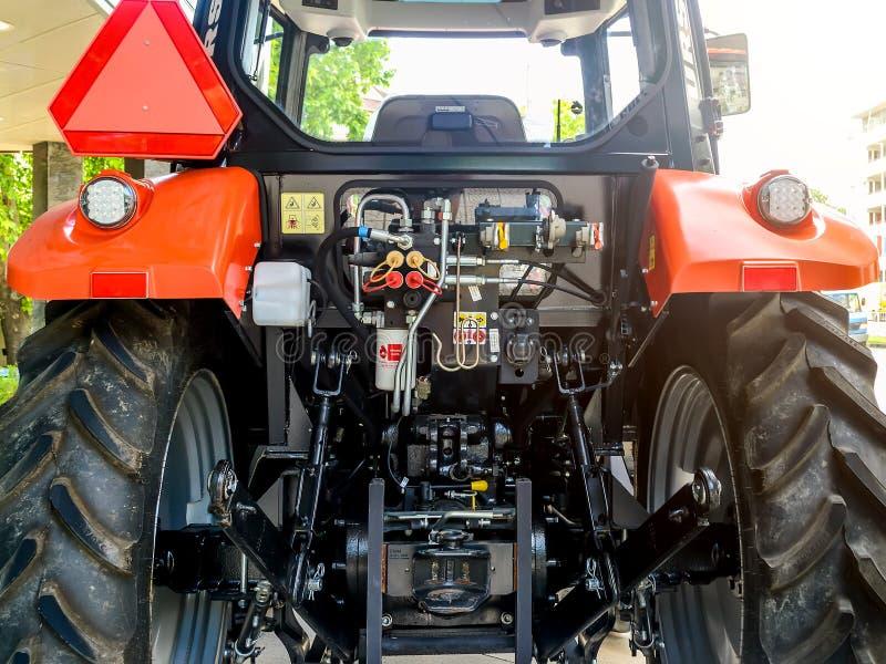 Retrovisione dei meccanismi e dei sistemi del trattore, situati dietro la cabina di guida fra due grandi ruote nere immagini stock