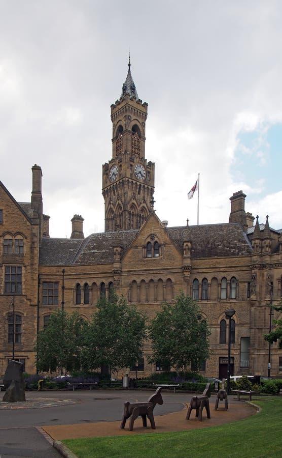 Retrovisione del comune di Bradford in West Yorkshire una costruzione gotica vittoriana dell'arenaria di rinascita con le statue  fotografia stock libera da diritti