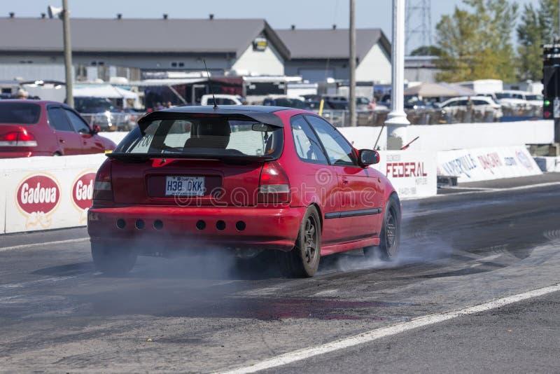 Retrovisione dell'automobile di Honda sulla pista che fa un burnout immagini stock libere da diritti