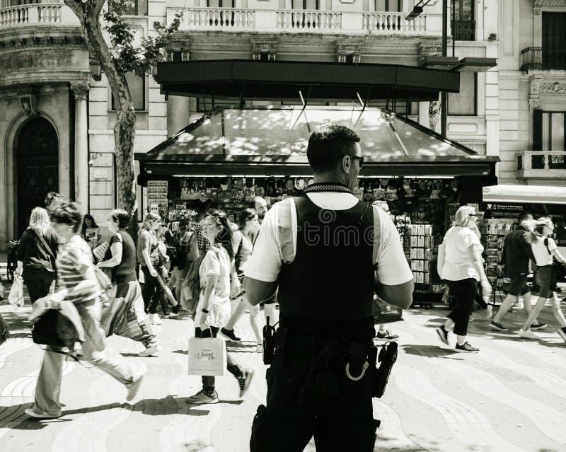 Retrovisione dell'ufficiale di polizia che surveilling la città immagine stock libera da diritti