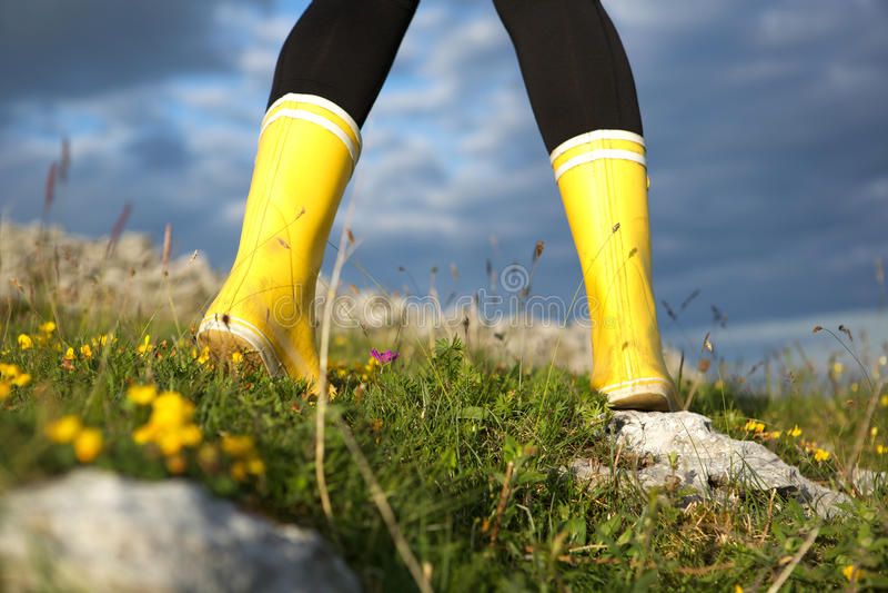 Retrovisione della femmina in stivali gialli fotografie stock libere da diritti