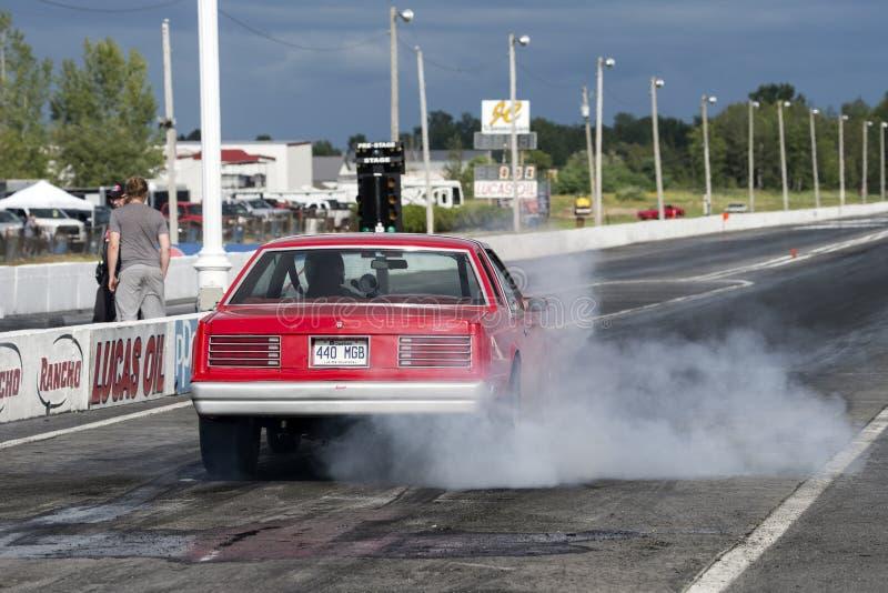 Retrovisione della manifestazione del fumo dell'automobile fotografia stock